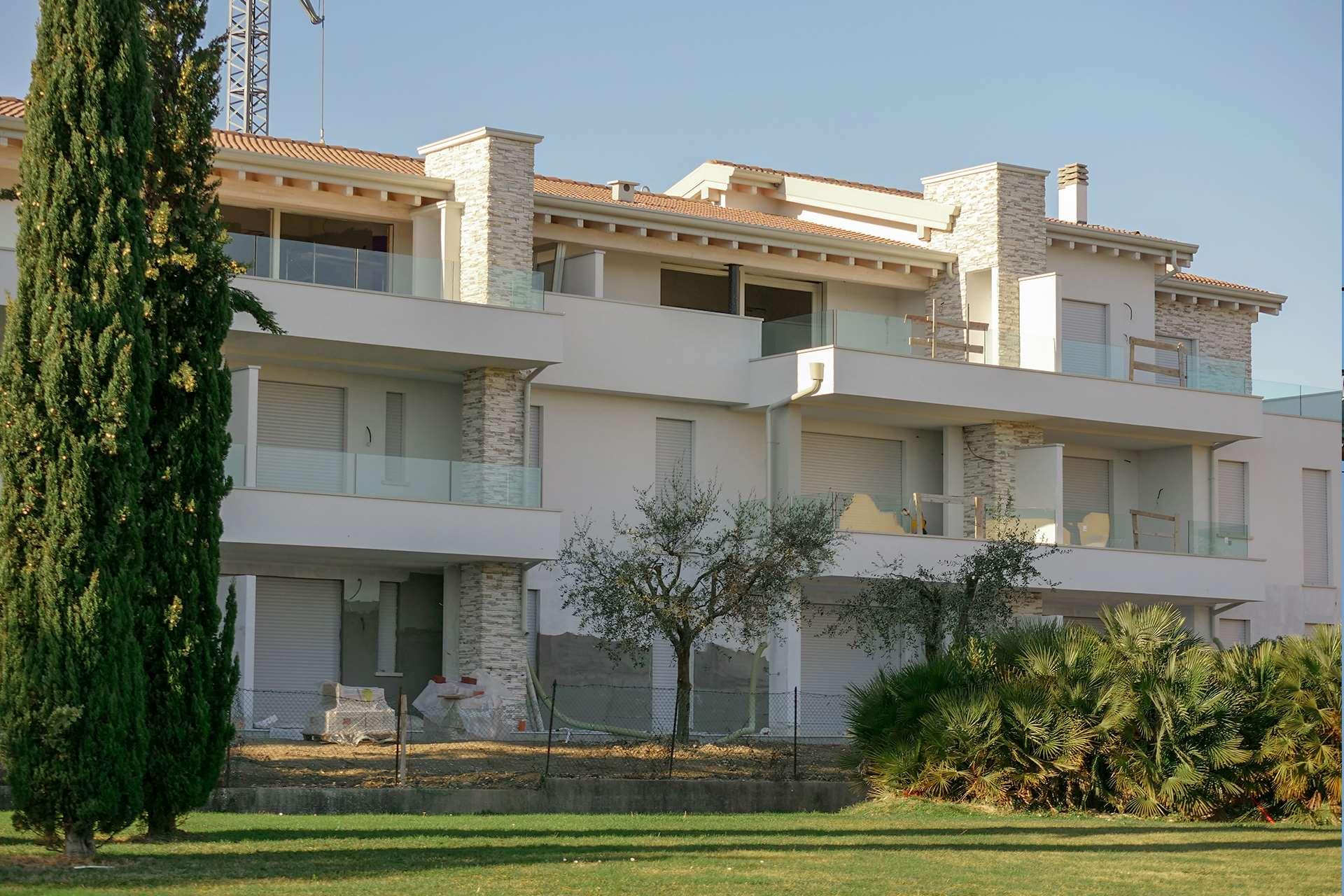 """condominio """"Villa Emma"""" sorge in Via Verona 18, località Colombare, a 200 mt dal Lago di Garda."""